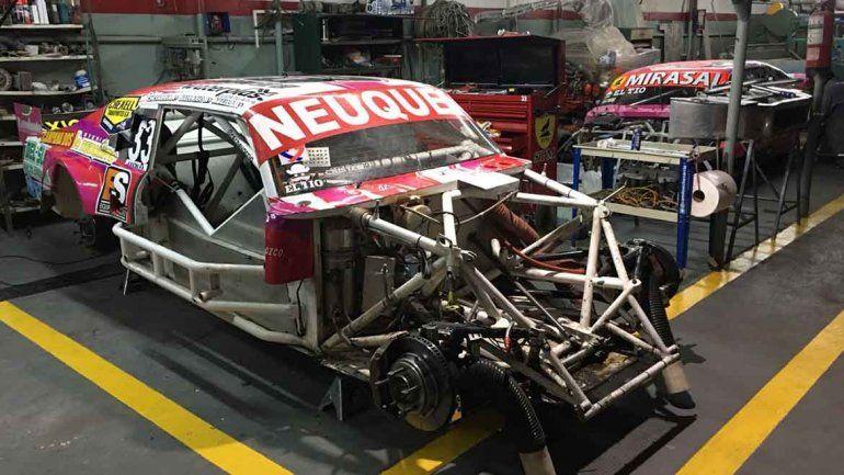 El auto de Camilo Echevarría en el taller de su nueva estructura.