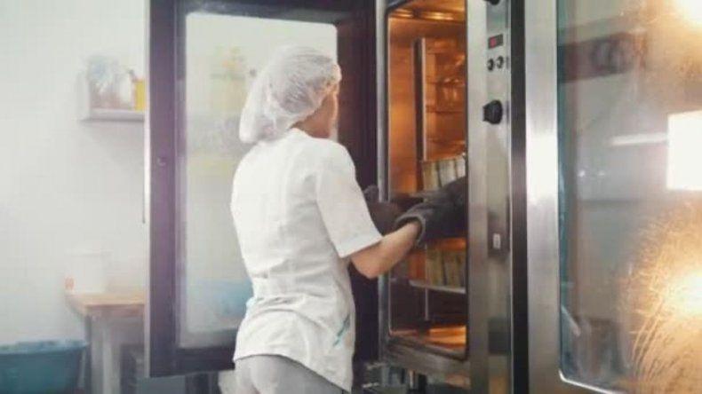 Empleada de cafetería muestra lo que hace con el pan y las redes estallan