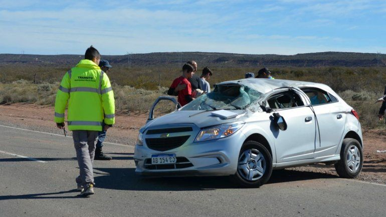 Peligro animales sueltos: una familia esquivó un caballo en la Ruta 237 y terminó volcando