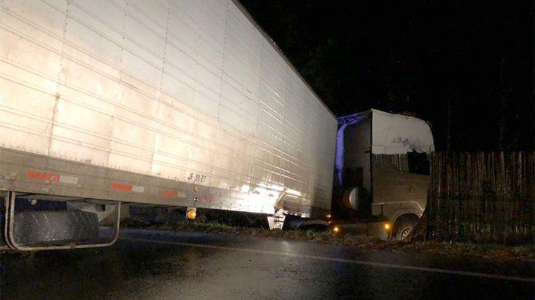 Camionero ebrio perdió el control y se estrelló contra un cerco: está detenido