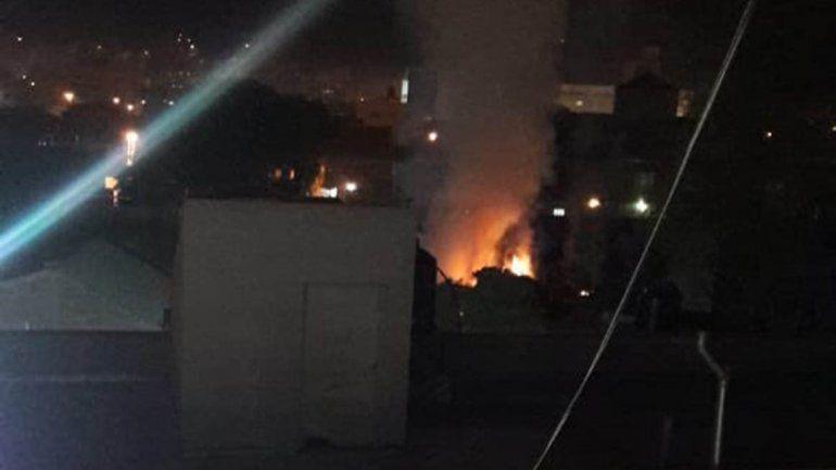 Susto en barrio Cumelén por un incendio en el patio de una casa