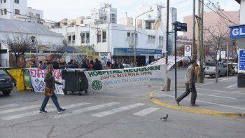 Trabajadores del Castro Rendón cortan la calle por falta de personal