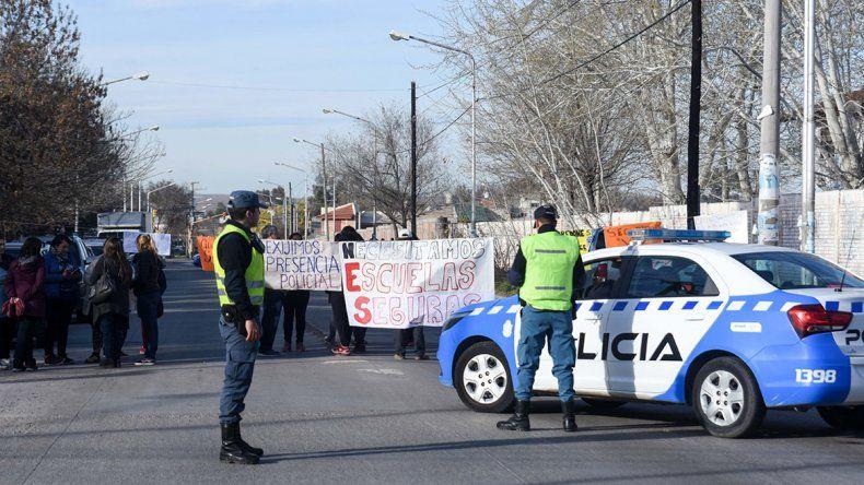 Padres de la Escuela 180 cortaron la calle y reclamaron seguridad