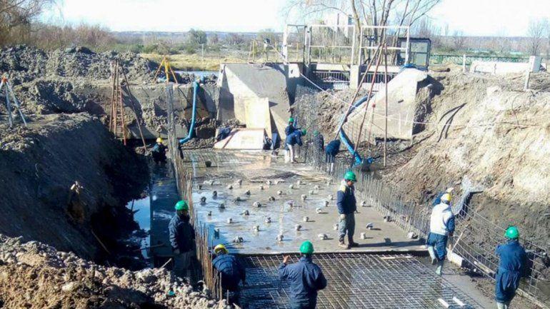 Operarios trabajando en el saneamiento del Durán.