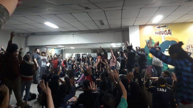 Estudiantes tomaron Humanidades y bloquearon el rectorado de la UNCo