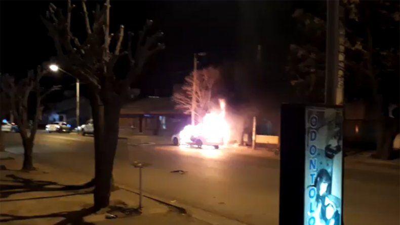 Se incendió un auto en el barrio La Sirena y el conductor sufrió heridas en su rostro