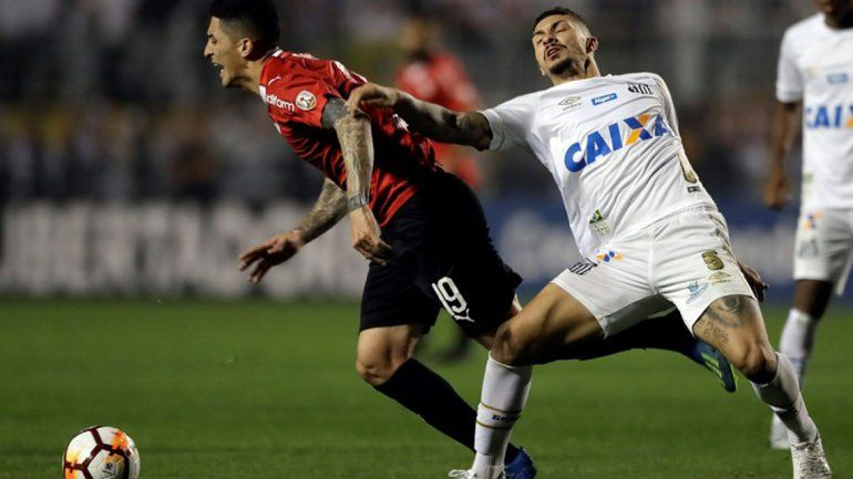 Independiente erró un penal, empató con Santos en Brasil y pasó a cuartos