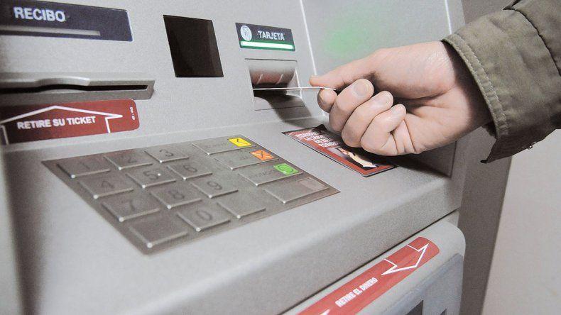 Proponen multar a los bancos que se queden sin efectivo en los cajeros los fines de semanas