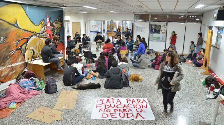 La comunidad educativa se movilizan en defensa  de la UNCo