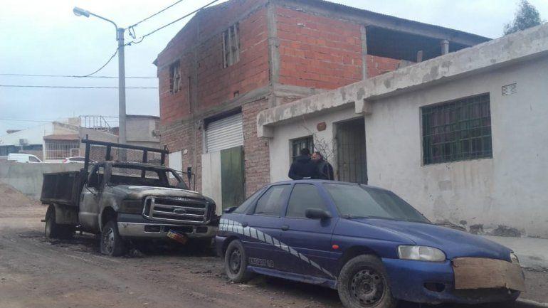 Misterioso incendio destruyó dos vehículos frente a una distribuidora en Cordón Colón