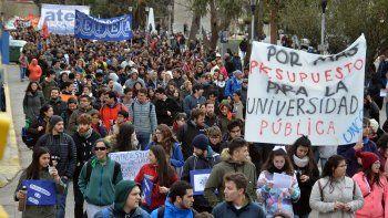 Una multitud marchó en defensa de la universidad