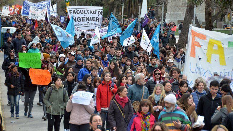La movilización marchó por la Avenida Argentina hasta la ruta 22 y luego volvió al Monumento a San Martín donde terminaron con un acto.