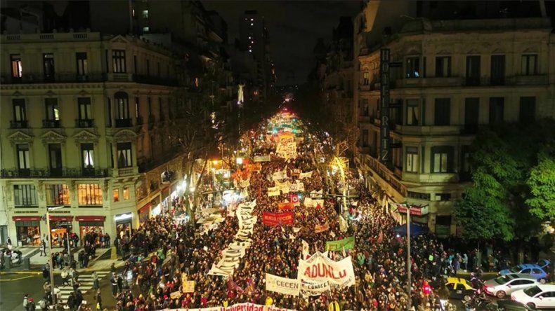 Miles de docentes y estudiantes universitarios marcharon en Buenos Aires