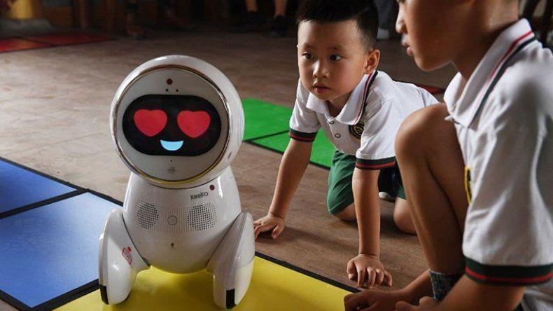 El robot es verdaderamente entrañable. Cuando los niños lo ven
