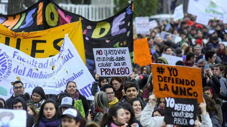 Multitudinaria marcha en contra del ajuste a la UNCo