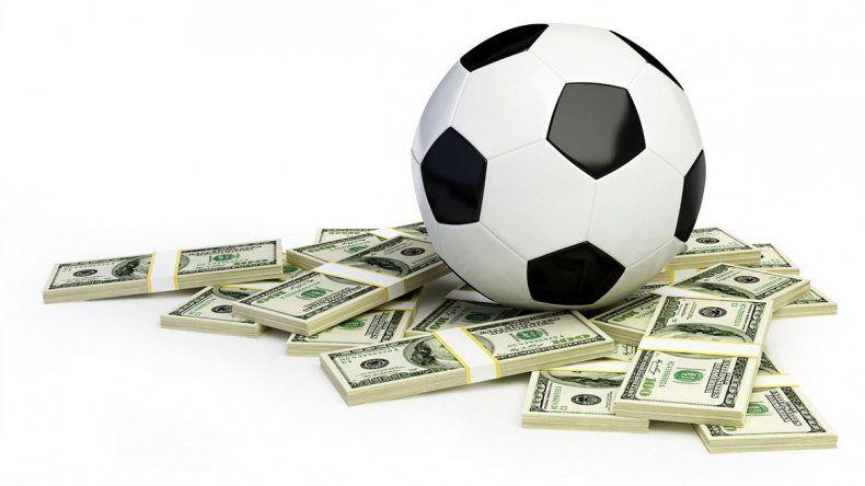 La pelota se mancha. Los clubes habían fijado un tope con el dólar cerca de 28 pesos. ¿Y ahora?