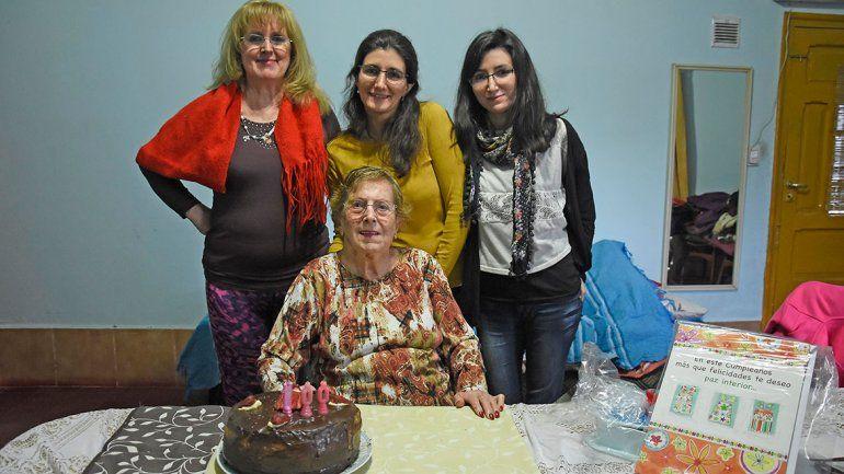 Rosa junto a una de sus seis hijas y dos de sus diecinueve nietos. Las tres vinieron a visitarla desde Esquel.