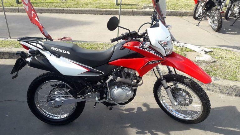 Le robaron la moto a un policía afuera de Casa de Gobierno