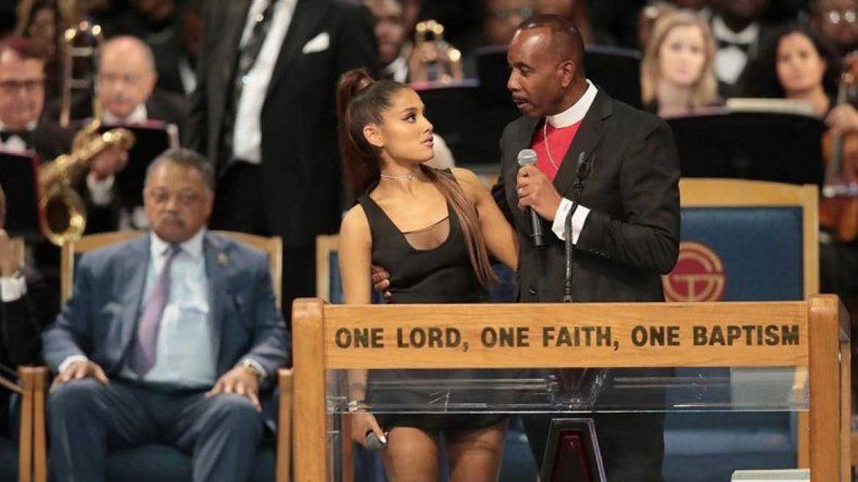 Un obispo tocó de más a Ariana Grande y tuvo que disculparse