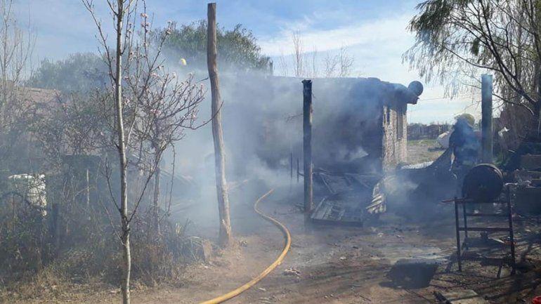 Se incendiaba su casa y entró para rescatar a su familia: está internado con quemaduras