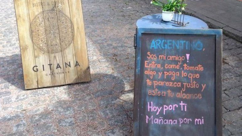 Un restobar uruguayo se solidarizó con el momento argentino