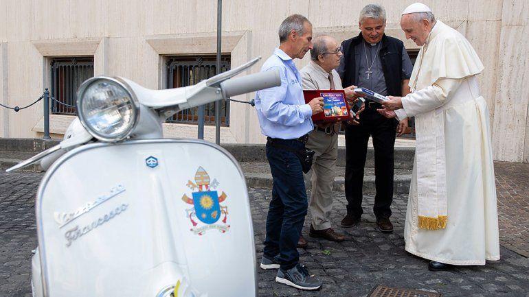 Le regalaron una moto muy especial y el Papa la donó