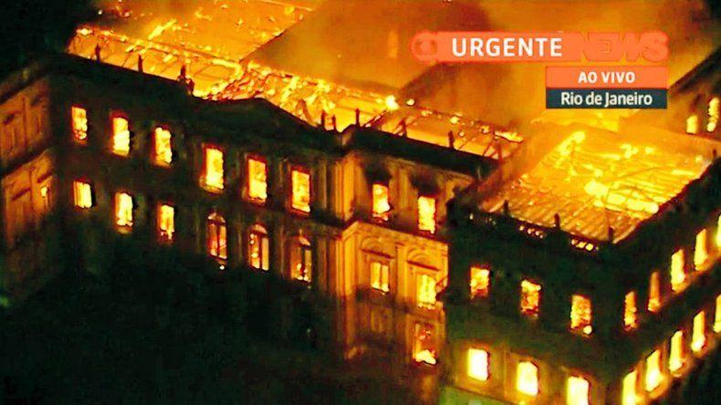 Dantesco incendio consume el Museo Nacional de Brasil
