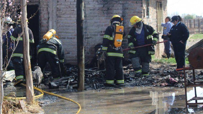 Lucha por su vida el hombre que rescató a su familia de la casa en llamas