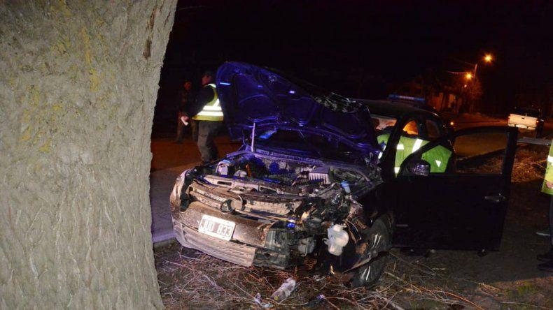 Borracho, un miembro del Ejército perdió el control de su auto y se estrelló contra un árbol