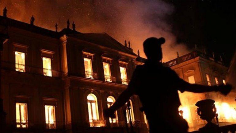 <p>Los Bomberos trabajaron toda la noche para tratar de apaciguar las llamas. </p>