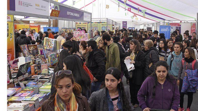 Más de 20 mil personas ya pasaron por la Feria del Libro
