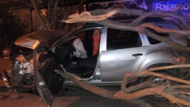 Alcoholizado, joven chocó contra un poste y arrancó un árbol: la acompañante resultó herida