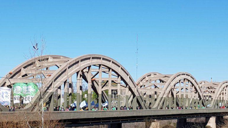 Caos: organizaciones sociales, trabajadores y universitarios cortaron los puentes