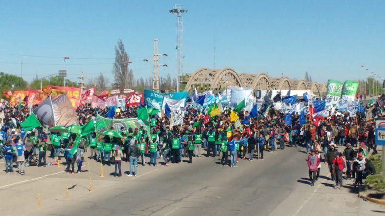 Estatales, estudiantes y organizaciones sociales coparon los puentes carreteros