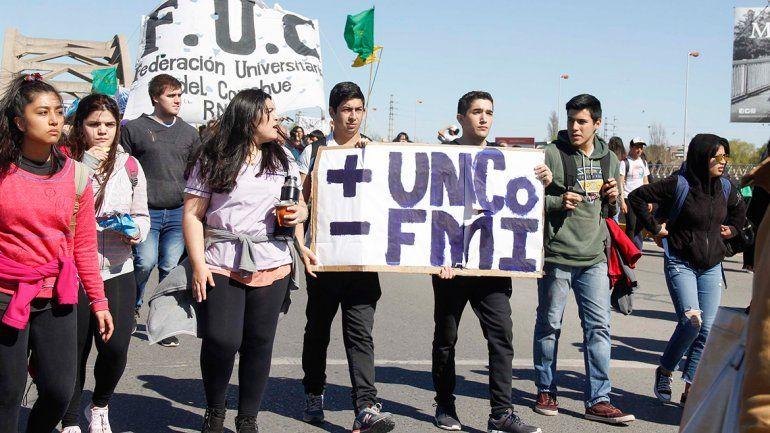 Miles de estudiantes de la UNCo se convocaron en los puentes en defensa de la educación pública.