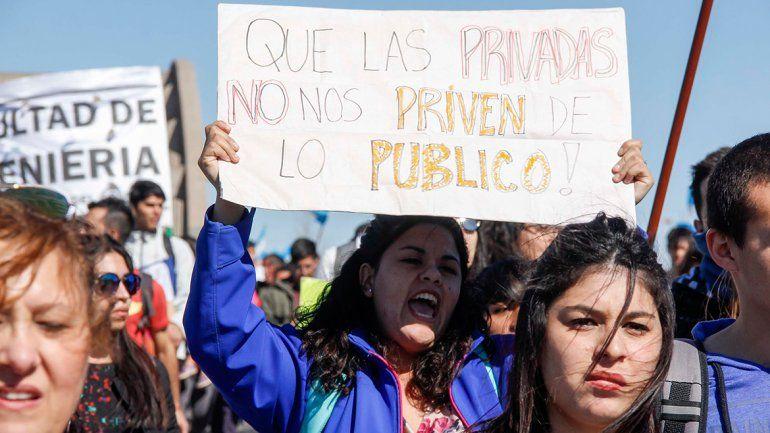 Los carteles de los universitarios inundaron la movilización en defensa de la UNCo.