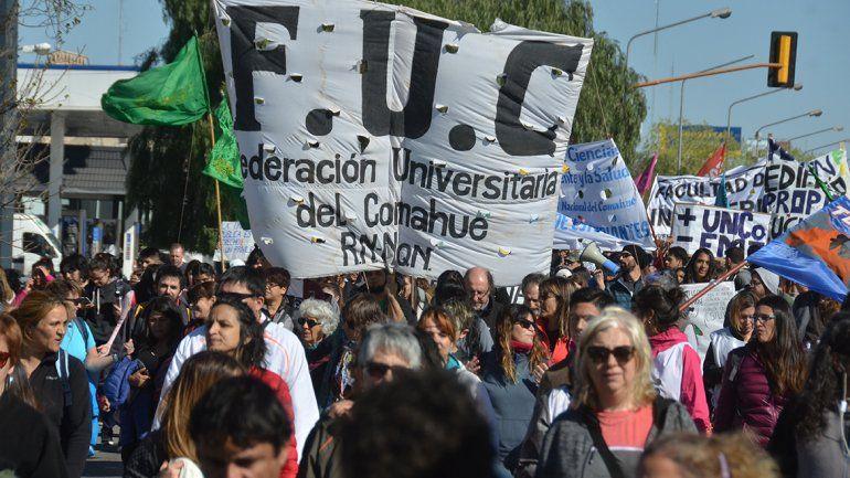 La Federación Universitaria del Comahue (FUC) encabezó la enorme columna estudiantil en defensa de la educación pública.