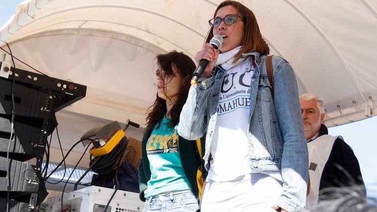 Como representantes de la Federación Universitaria del Comahue, se subieron al escenario la presidenta Ayelén Rojas y la vice, Aylin Salva.