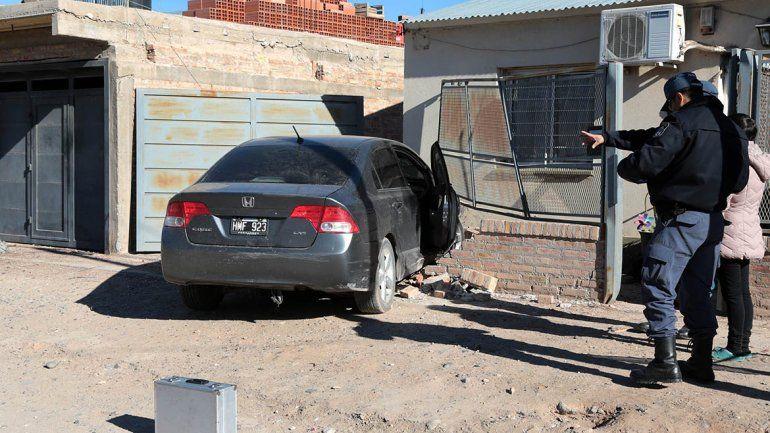 Una persecución de película terminó con dos demorados y un auto incrustado en una casa
