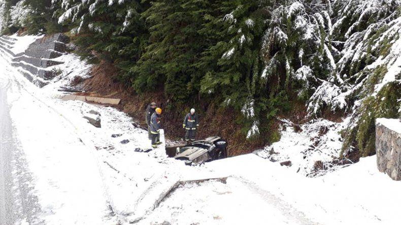 Turistas se confiaron con la nieve y terminaron volcando