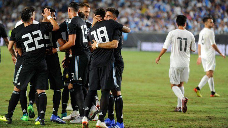 En el debut de Scaloni, la renovada Selección argentina goleó 3-0 a Guatemala