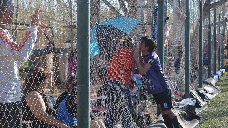 Del amor al odio: besos en Rincón y piñas en el Gigante