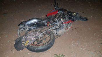 Murió al despistarse con su moto: un peatón está grave