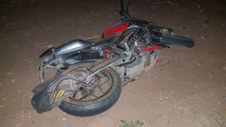Noche trágica: se despistó con su moto, atropelló a un peatón y murió por la caída
