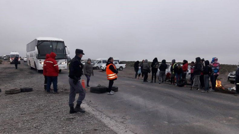 Mujeres cortan rutas en reclamo laboral en Rincón de los Sauces