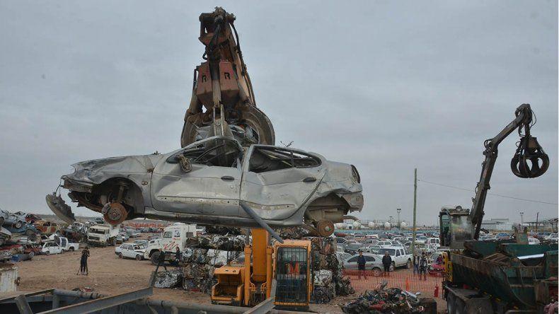 La Muni comenzó con la compactación de vehículos secuestrados