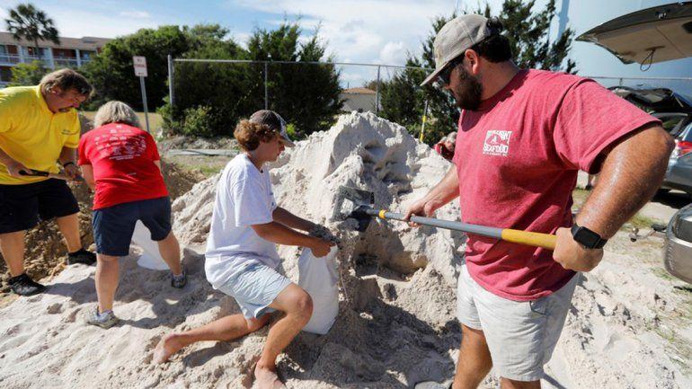 La gente llena bolsas con arena para proteger sus casas de las inundaciones. En Carolina del Sur.