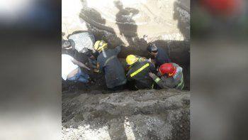 Un hombre fue absorbido por la tierra y lo rescataron los Bomberos de Senillosa