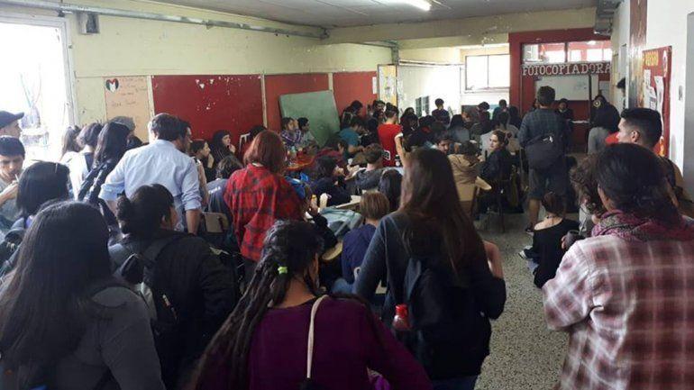 Estudiantes tomaron la Facultad de Humanidades de la UNCo
