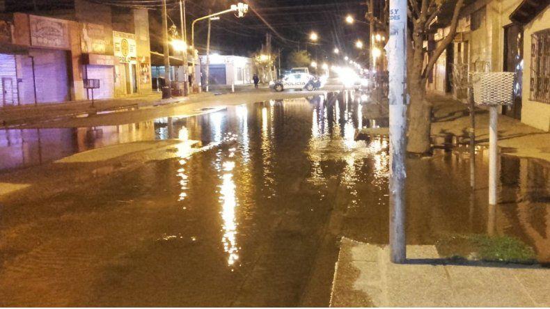 Se rompió un caño en el oeste: hay cinco barrios afectados y está cortada Belgrano
